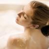 Un bel bagno rilassante con un bagnoschiuma naturale