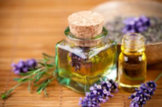 Un bel massaggio all'olio d'oliva per combattere capelli secchi