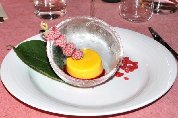 Gelato naturale alla vaniglia color mimosa per la  Festa della Donna